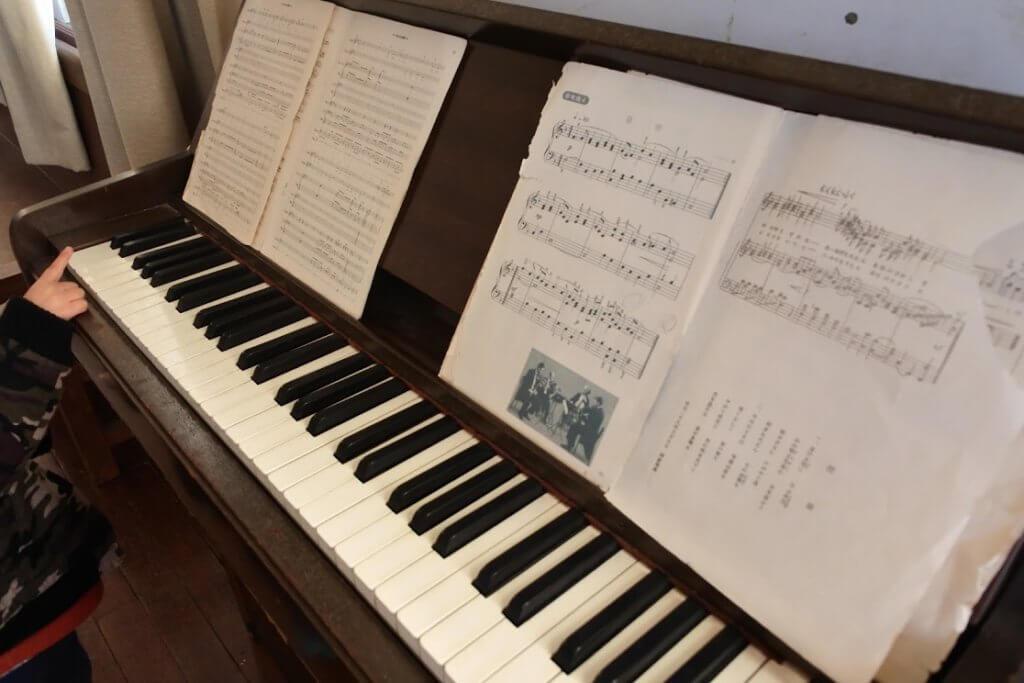 けいおん!の楽譜が並んだピアノ