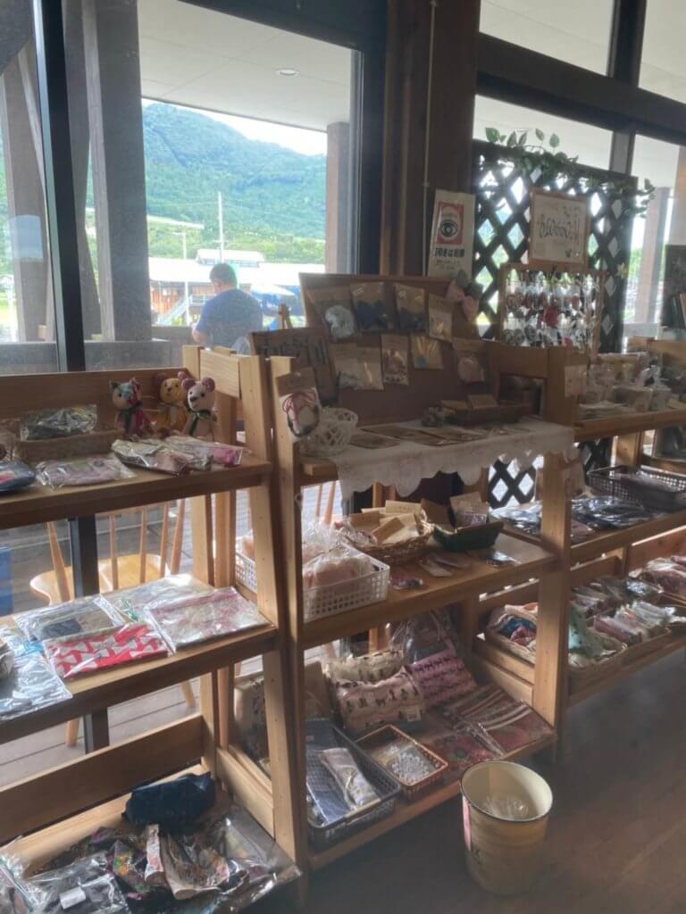 可愛い木造りの商品棚