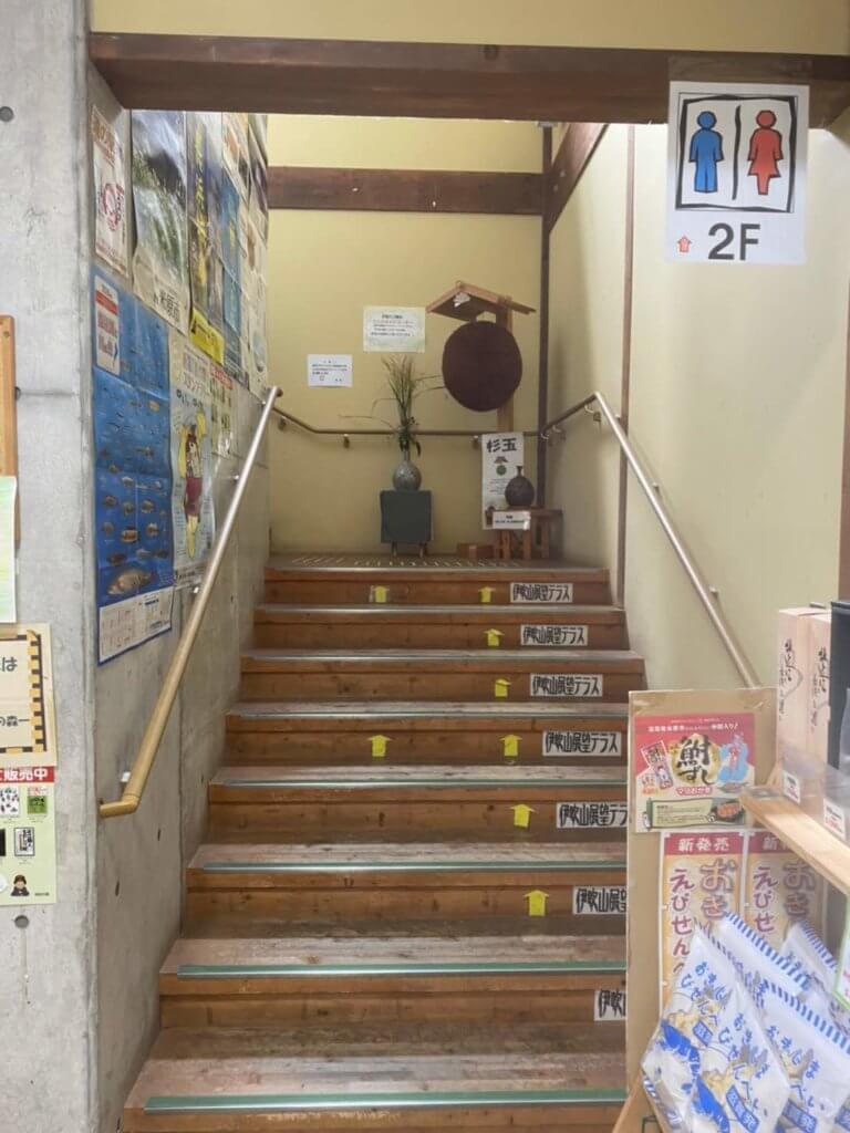 二階への階段とお酒屋さんの杉玉
